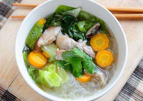 Tajska klarowna zupa z glass noodle