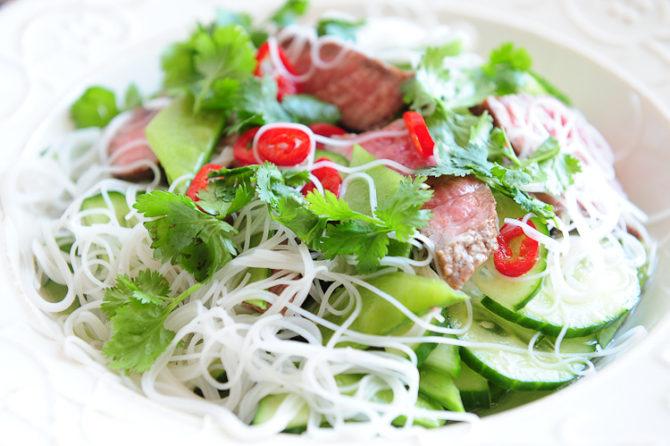 Lekka wietnamska sałatka z wołowiną