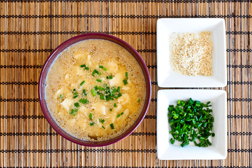 Zupa miso z tofu i sezamem