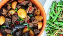 Wolno duszona wołowina z ziemniakami