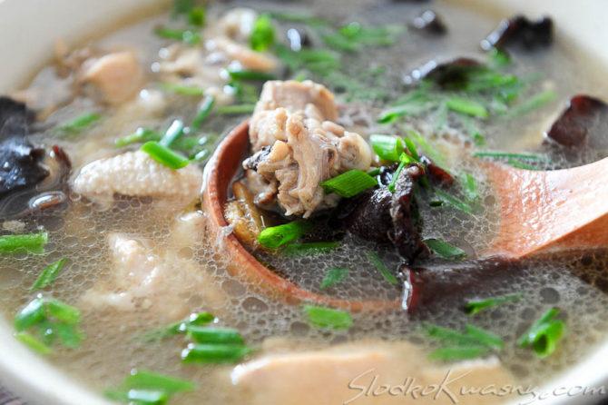 Chińska zupa z kurczakiem, grzybami mun i imbirem