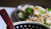 Ostro kwaśna tajska zupa z trawą cytrynową i rwanym kurczakiem