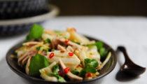 Tajska sałatka z kalmara, wieprzowiny i imbiru