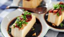 Japońska przystawka z tofu z chrupiącą posypką