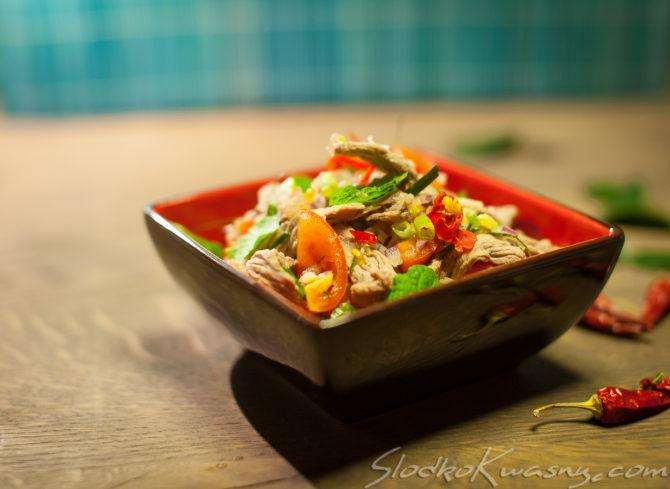 Ostra tajska sałatka z wołowiną – Yam Neua