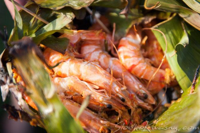 Krewetki w czerwonej paście curry, grillowane w liściach bananowca – Ngob Gung
