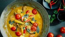 Czerwone curry z kaczką i ananasem