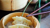 Chińskie pierożki z kurczakiem i kapustą na parze
