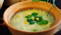 Chińska zupa z kurczakiem, kukurydzą i jajkiem