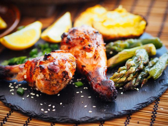 Grillowane udka kurczaka w sojowo-imbirowej glazurze ze szparagami